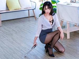 Обои Азиатки Пистолеты Брюнетка Сидящие Ноги Юбка Блузка Смотрят молодые женщины