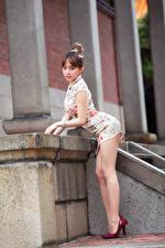 Фото Азиаты Поза Платье Ног Туфлях молодые женщины