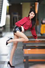 Фотографии Азиатка Позирует Ноги Туфель Юбке Блузка Размытый фон Красивые молодые женщины
