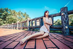 Обои Азиаты Сидит Платье Ноги Девушки картинки
