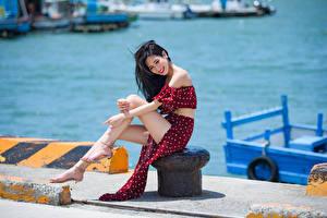 Картинка Азиаты Сидит Платья Ноги Улыбка Брюнетки Девушки