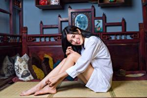 Фотография Азиатки Сидящие Рубашке Улыбка Ноги Брюнетка Девушки