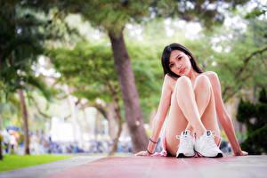 Фотография Азиатка Сидит Ног Боке Взгляд молодые женщины
