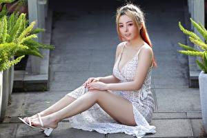 Картинка Азиатки Сидя Ног Платье молодые женщины