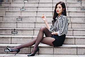 Картинки Азиатки Сидит Лестницы Ноги Колготки Туфель Юбка Блузка Брюнетки девушка
