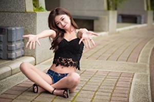 Обои Азиатка Улыбается Сидит Ног Размытый фон Руки молодые женщины