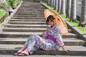 Картинки Азиатка Лестница Сидит Кимоно Зонт молодые женщины