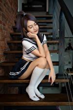Фотография Азиаты Лестница Сидя Униформа Гольфы Школьницы Позирует молодые женщины