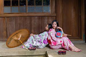 Картинка Азиатка Двое Сидящие Зонт Кимоно Брюнетки девушка