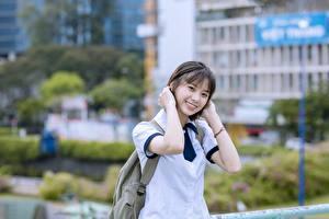 Обои Азиаты Размытый фон Брюнетка Взгляд Улыбка Руки Vietnamese Девушки картинки