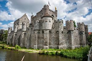 Обои Бельгия Гент Замки Пруд Забор Gravensteen (Castle of the Counts) Города картинки