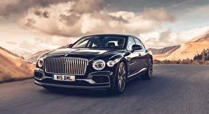 Обои для рабочего стола Bentley Едет Черные Спереди Седан Flying Spur (Dark Sapphire), 2019 авто