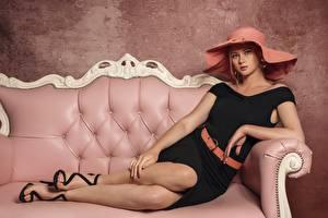 Картинки Блондинок Диван Платье Шляпе Взгляд Ноги Девушки