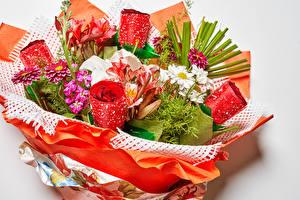 Обои для рабочего стола Букет Розы Левкой Лилия Георгины Ромашки Серый фон Цветы