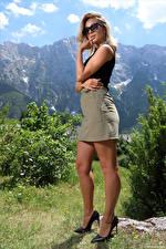 Обои Cara Mell Блондинки Позирует Ноги Туфли Юбка Руки Очки Смотрят девушка