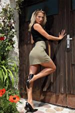 Фото Cara Mell Блондинки Поза Ноги Туфель Юбке Взгляд молодая женщина
