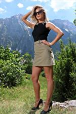 Фото Cara Mell Блондинки Позирует Ноги Туфлях Юбки Майка Очков Руки Смотрит девушка