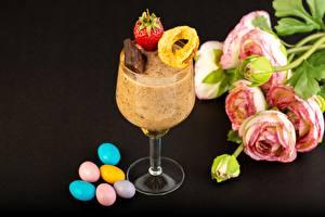 Обои для рабочего стола Шоколад Клубника Драже Лютик Десерт Бокалы На черном фоне Еда Цветы