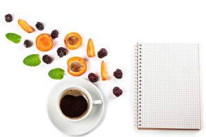 Картинки Кофе Абрикос Ежевика Белый фон Шаблон поздравительной открытки Чашка Лист бумаги