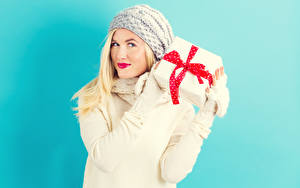 Обои Цветной фон Блондинка Смотрит Подарки В шапке Красные губы молодые женщины