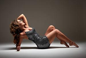 Обои Кудрявые Лежат Платье Ног молодые женщины