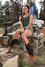 Картинка Elena Generi Скамейка Сидящие Ног Улыбается девушка
