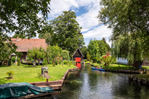Картинки Германия Дома Причалы Поселок Водный канал Газон Дерево village Lehde Природа