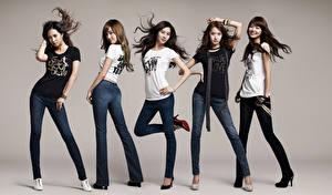 Фото Поза Улыбается Брюнеток Серый фон Футболке Руки Ног Джинсы Girls Generation, Korean Девушки