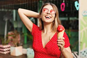 Фотография Мороженое Платья Улыбка Счастье Очки молодые женщины