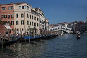 Картинка Италия Лодки Мосты Водный канал Венеция Rialto Bridge Города