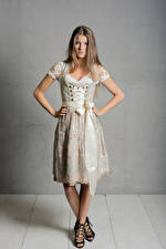 Обои Поза Униформа Горничная Смотрят Платье Janna молодая женщина