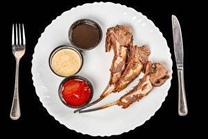 Обои Нож Мясные продукты Черный фон Тарелка Вилка столовая Кетчупом
