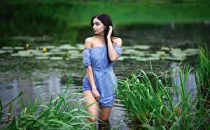 Картинка Озеро Модель Траве Брюнеток Платье Руки Maxim Romanov, Angelika Svoykina девушка