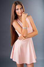 Фотография Позирует Улыбка Платье Рука Смотрят Lea молодая женщина