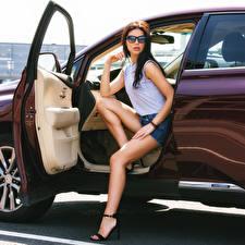 Картинки Сидит Ноги Шорт Очков Взгляд Открытая дверь Поза Mary девушка Автомобили