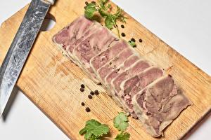Фотография Мясные продукты Ножик Перец чёрный Разделочной доске Нарезанные продукты Еда