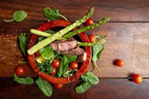 Фотография Мясные продукты Томаты Спаржа Базилик душистый шпинат Продукты питания