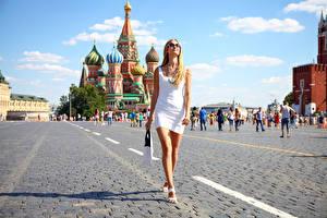 Фотография Москва Россия Сумка Блондинка Городская площадь Прогулка Платья Очки Руки Ног Red Square девушка
