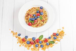 Картинки Овсянка Черника Клубника Доски Тарелка Зерна Кукурузные хлопья Продукты питания
