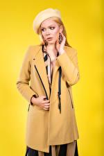 Картинки Блондинки Пальто Берет Позирует Цветной фон Olga-Maria Veide молодые женщины