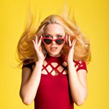 Картинка Блондинок Руки Очках Смотрит Цветной фон Olga-Maria Veide молодая женщина