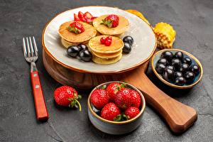Картинки Блины Клубника Тарелка Вилка столовая Продукты питания