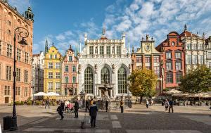 Обои Польша Гданьск Дома Люди Фонтаны Городской площади Уличные фонари