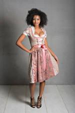 Картинки Платья Вырез на платье Поза Улыбка Смотрит Официантки Униформе Sainabou молодая женщина