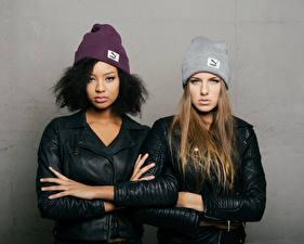 Картинки Поза 2 Куртка Руки В шапке Смотрит Sainabou and Vanessa молодые женщины