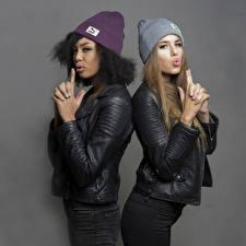 Картинки Поза 2 Куртки В шапке Руки Негр Sainabou and Vanessa Девушки