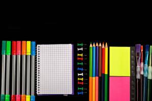 Обои для рабочего стола Школа Черный фон Карандаш Кисточки Блокнот Разноцветные