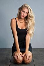 Фотографии Блондинка Сидит Позирует Платья Смотрят Рука Sladjana девушка