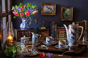 Фото Натюрморт Тюльпан Колокольчики - Цветы Живопись Керосиновая лампа Кофе Ваза Книги Кувшины Чашке Ложки Пища Цветы