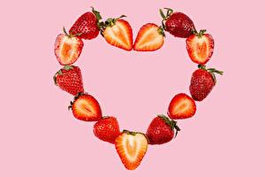 Обои для рабочего стола Клубника Розовый фон Сердце Продукты питания